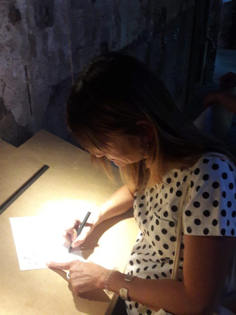 Anna signant el poema.