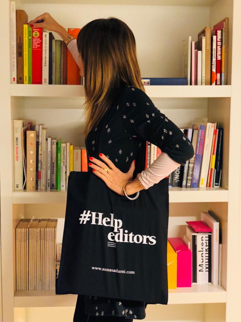 Foto de l'Anna Sadurní amb la bossa de HelpEditors